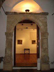 Figura 2. Portada de la desaparecida ermita de Santa Catalina, en la galería de arte Cidi Hiaya, en Granada. Archivo Municipal de Santa Fe.