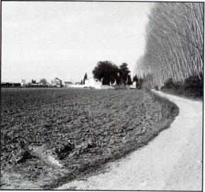 """Figura 2. A ambos lados del camino de la """"tarasca"""" (camino viejo de Belicena) se estableció el segundo campamento cristiano, conocido como el """"Real del Gozco"""" o """"Real de la Vega"""". Espinosa Cabezas (1995)"""