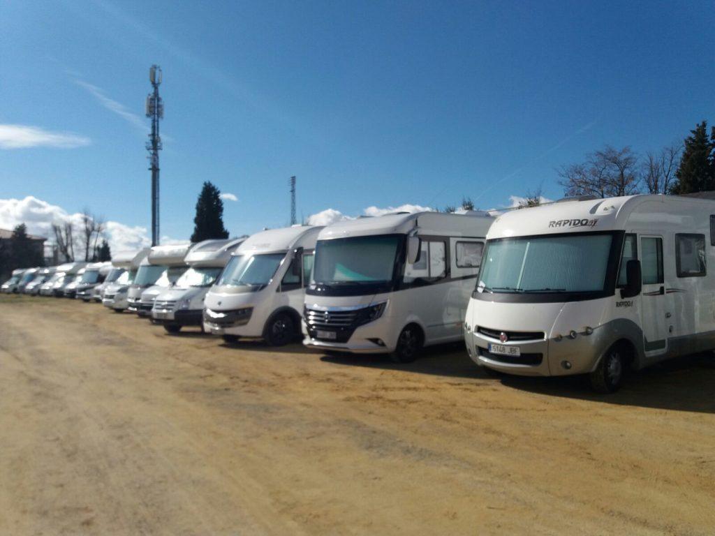 Autocaravanas estacionadas en el Campo de fútbol antiguo.