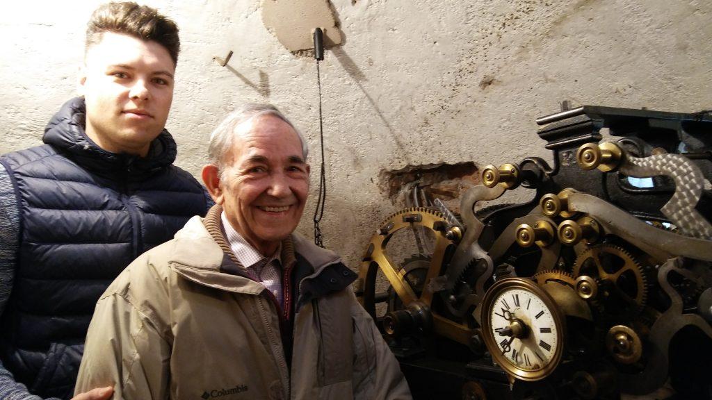 José Castro Fernández y Oscar Castro García junto al reloj de la Parroquia.