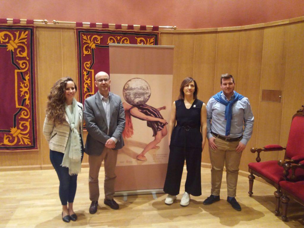 Angeles Agrela, la artista que ha diseñado el cartel, con el alcalde, Manuel Gil, y concejales.