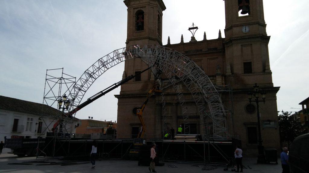 Instalación del escenario en la Plaza de España.