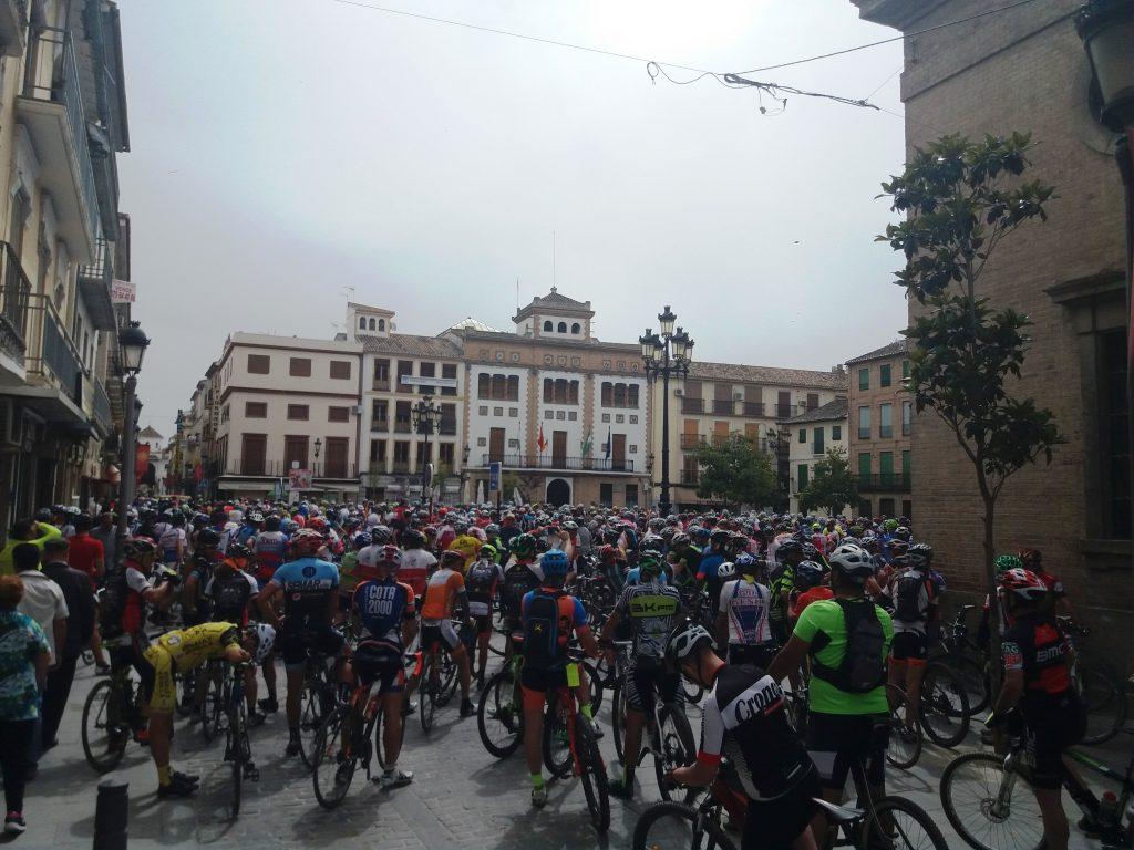 Punto de partida de la marcha ciclista en la Plaza de España de Santa Fe