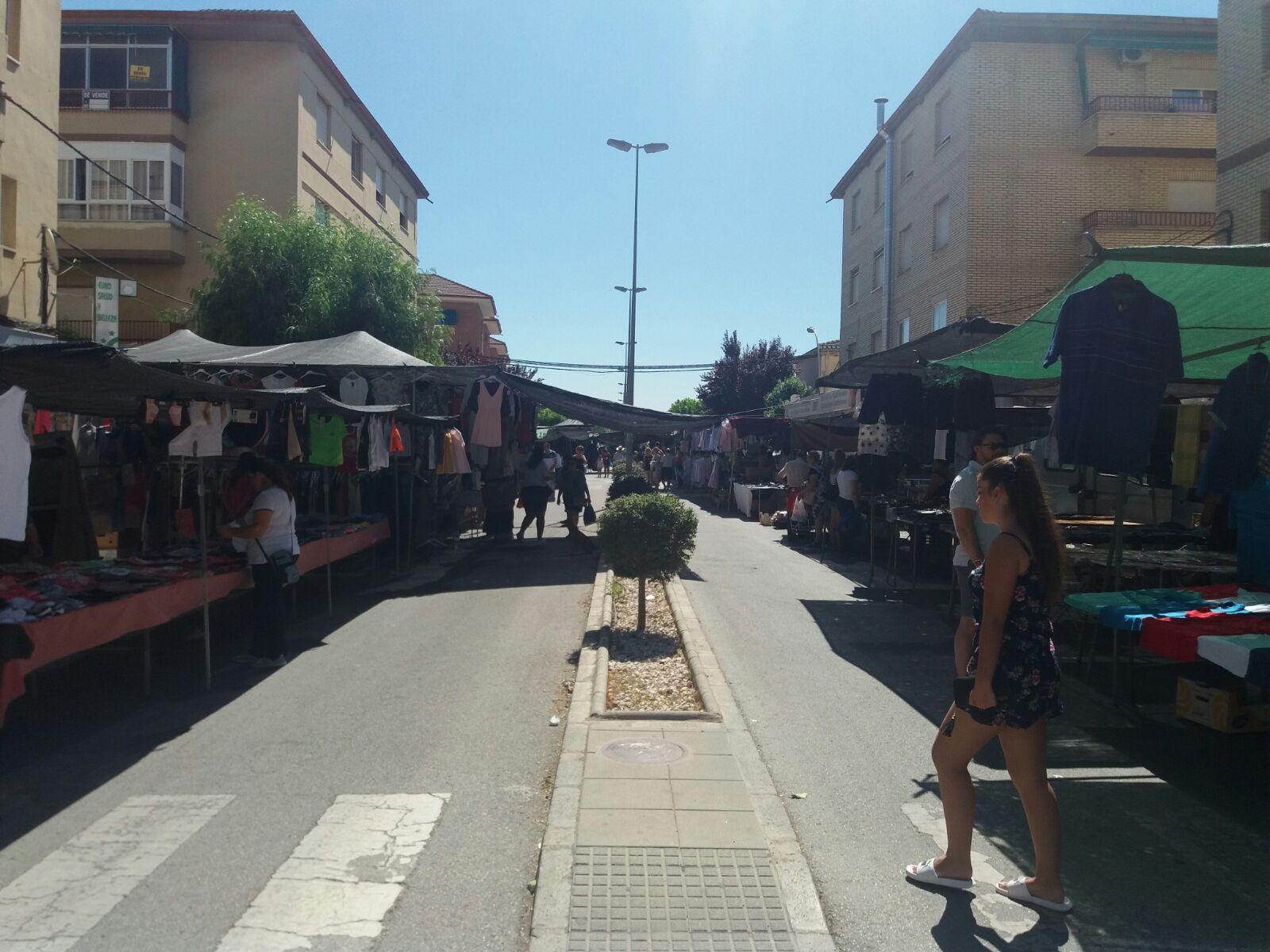 El mercadillo en la calle Pintor Juan Ruiz