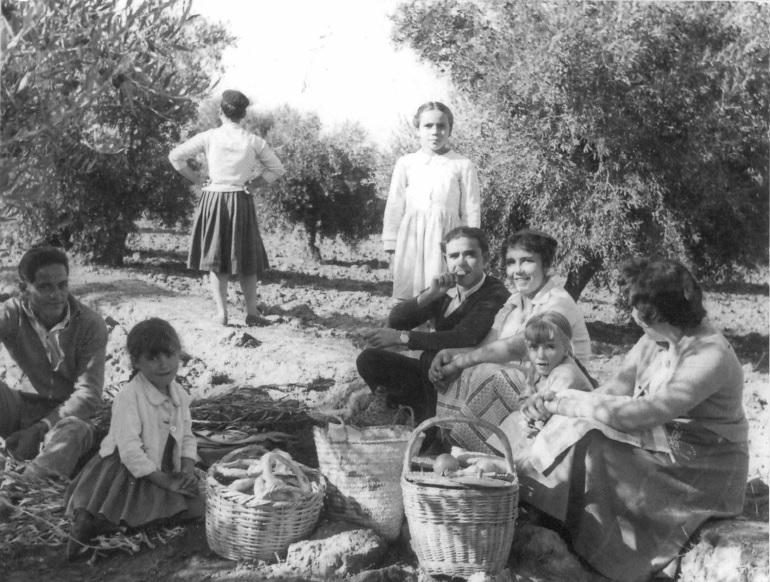 Grupo familiar celebrando la merendica. Hacia 1960. Colección PRC.