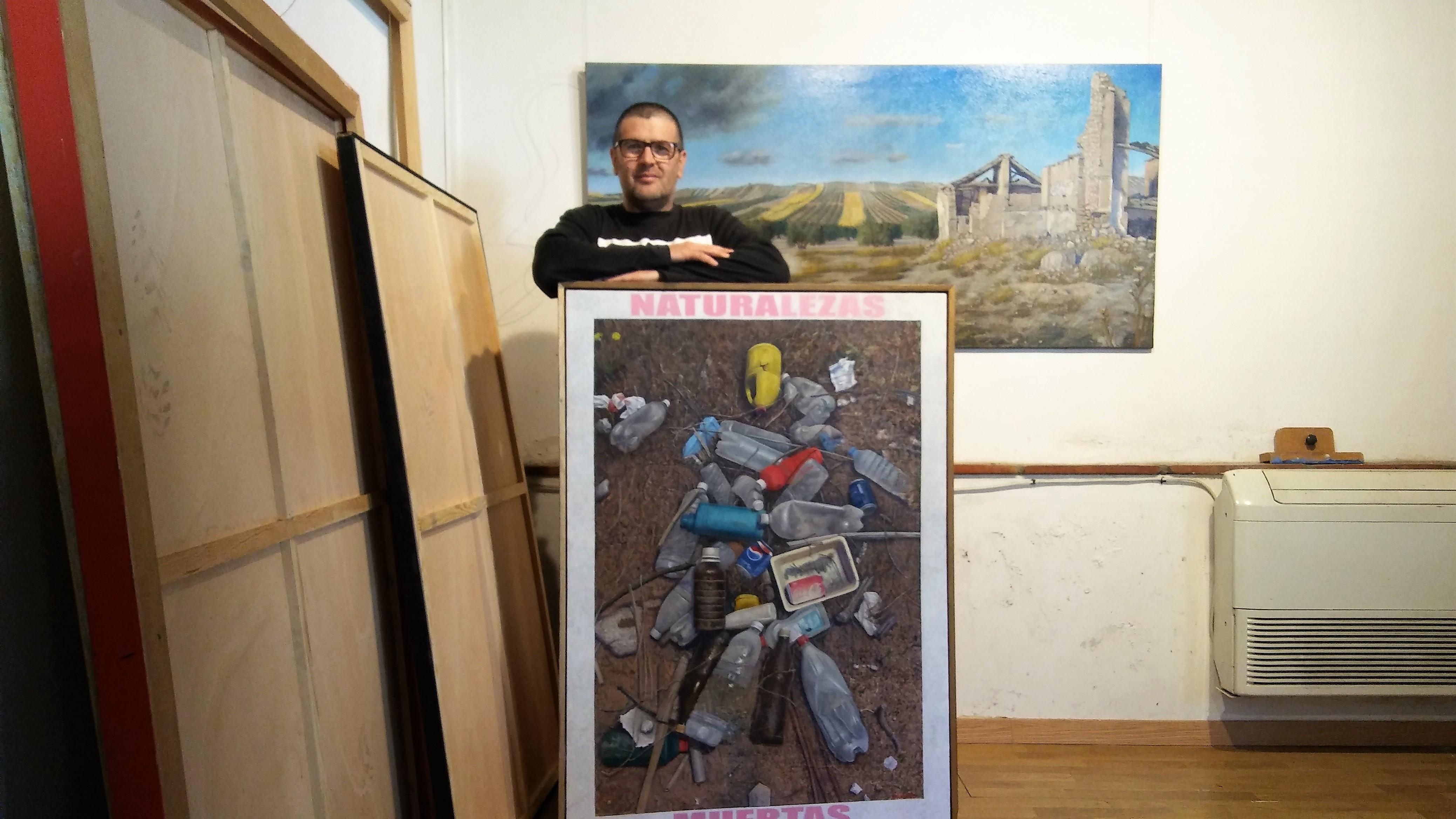 José Antonio Muñoz posa en su taller con algunos de sus lienzos.
